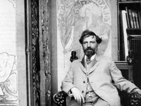 Alfons Mucha suunnittelemansa julisteen edessä. Valokuva: The Mucha Trust.